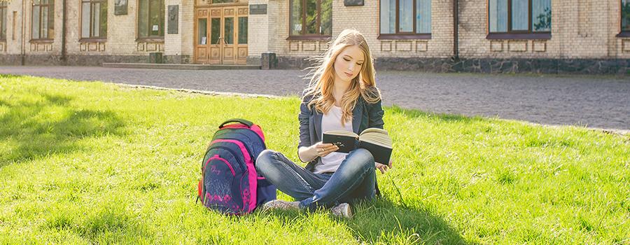 acb748f724 ... OXY Fashion Pink Flowers je určen pro žákyně druhého stupně základní  školy. Byl vyroben z kvalitních materiálů a je certifikován jako studentský  batoh.